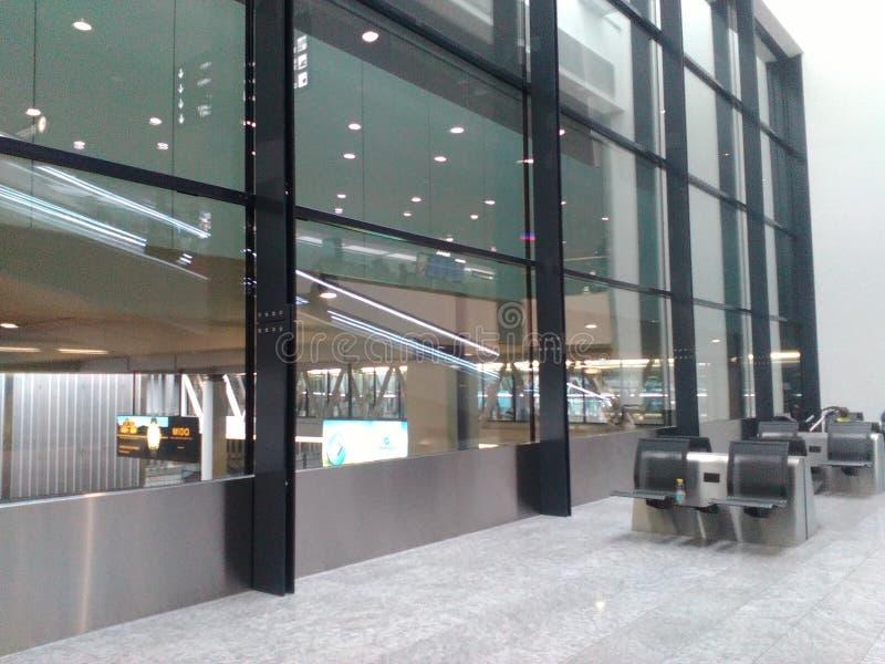 Rampa rodante reflejada en un Pasillo del Zurich-aeropuerto ZRH fotografía de archivo libre de regalías