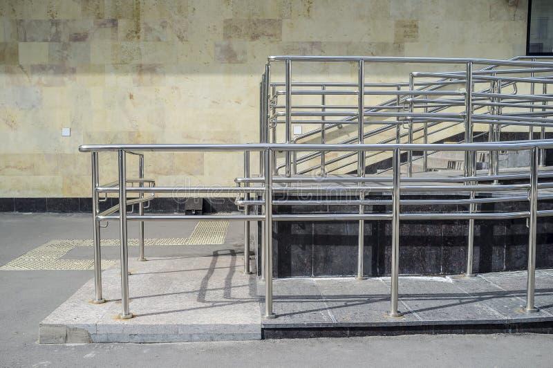 Rampa z poręczami dla wózków inwalidzkich i fur instalujących obok schodków dla wygodnego ruchu zdjęcie stock