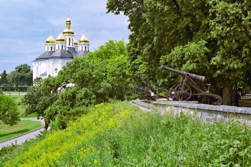 Rampart mit Kanonen und Kirche stockbild