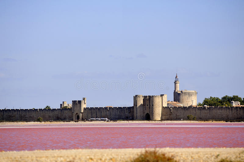 Ramparts izolujący miasto Aigues-Mortes zdjęcia stock