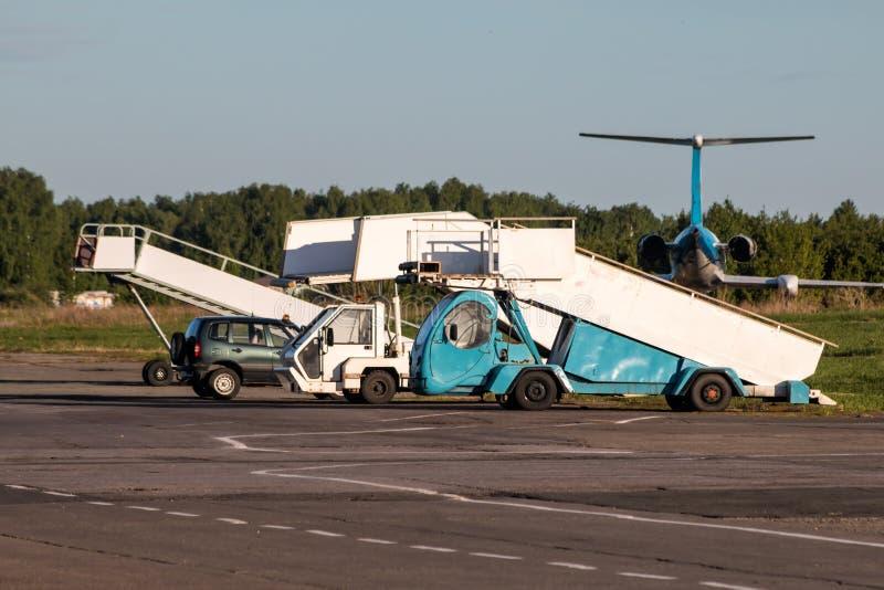 Rampas del embarque de los aviones en el aeropuerto fotos de archivo