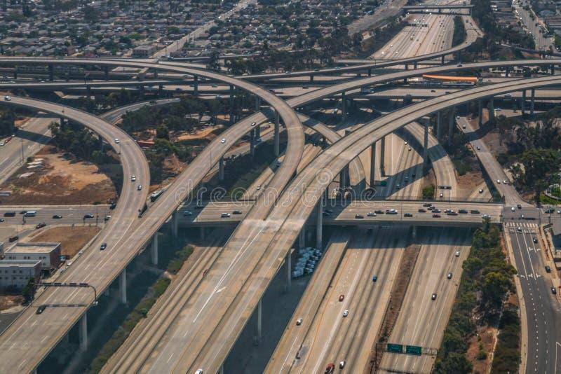Rampas do intercâmbio da autoestrada de Los Angeles 110 e 105 aéreas fotografia de stock