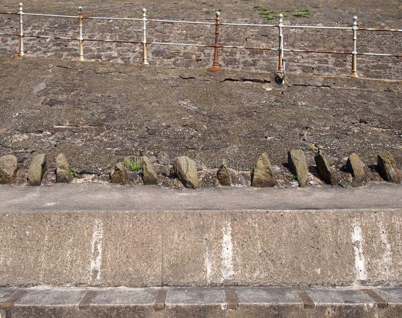 Rampas peatonales concretas viejas con las verjas de acero que aherrumbran en el malecón en Blackpool foto de archivo