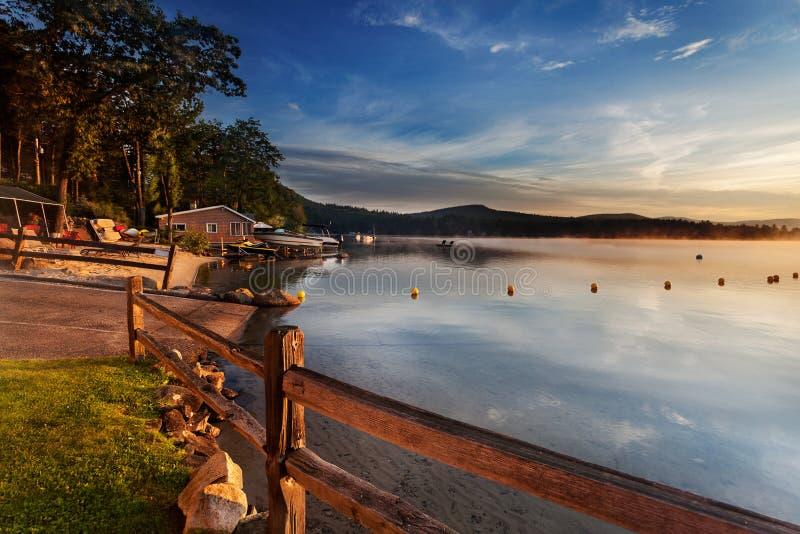 Rampe de bateau dans le lac au lever de soleil image libre de droits