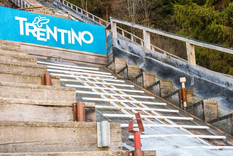 Rampe de saut à skis dans l'eau et la neige Pellizzano, région Val di Sole, Trento, Trentino, Italie de ski images libres de droits