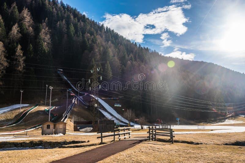 Rampe de saut à skis dans l'eau et la neige Pellizzano, région Val di Sole, Trento, Trentino, Italie de ski photos stock