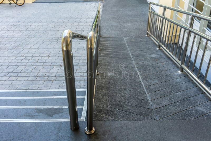 Rampe f?r Handikap oder Rollstuhl mit Edelstahlstange lizenzfreie stockfotos