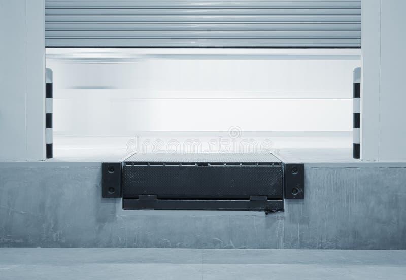 Rampe oder Dockplanierer- und -fensterladentür stockbilder