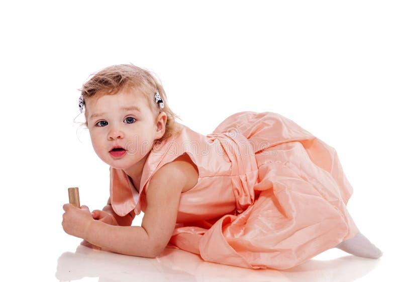 Rampement de petite fille photo stock