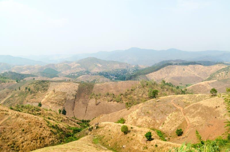 Rampen droge gebieden van berg met wildfire smog in de zomer Thailand stock afbeeldingen