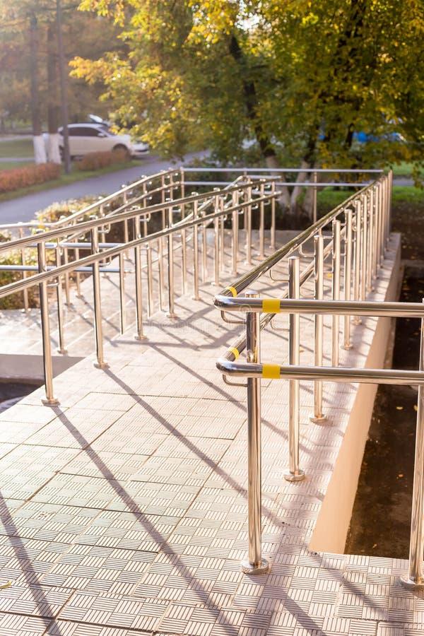 Rampenweise für Stützrollstuhl Concret-Rampenweise mit Edelstahlhandlauf für Stützrollstuhlbehinderter stockbild