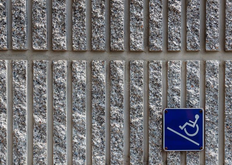 Rampenzugriffszeichen auf Betonmauerhintergrund lizenzfreies stockfoto