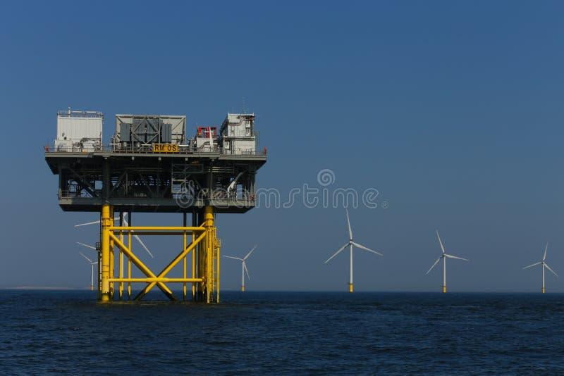 Rampion windfarm近海平台风车在离布赖顿的附近,苏克塞斯,英国海岸  库存照片