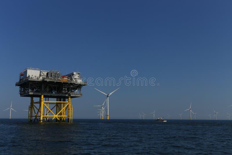 Rampion windfarm近海平台风车在离布赖顿的附近,苏克塞斯,英国海岸  库存图片
