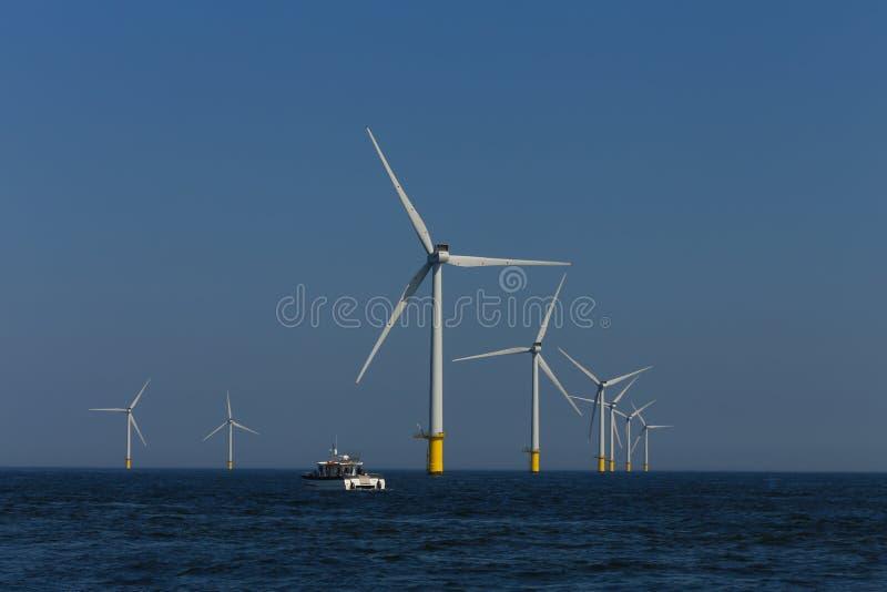 Rampion windfarm近海平台风车在离布赖顿的附近,苏克塞斯,英国海岸  免版税库存照片