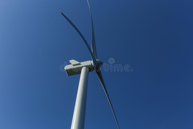 Rampion windfarm近海平台风车在离布赖顿的附近,苏克塞斯,英国海岸  免版税库存图片