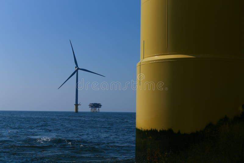Rampion windfarm近海平台风车在离布赖顿的附近,苏克塞斯,英国海岸  免版税图库摄影