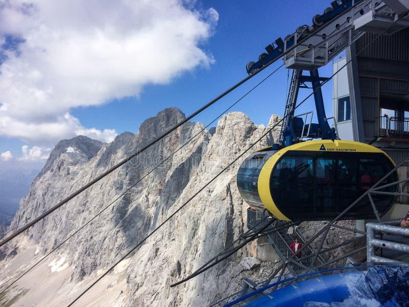 Ramsau sono Dachstein, Steiermark/Austria - 13 settembre 2016: Ghiacciaio uno di Dachstein delle gondole che lasciano la stazione fotografia stock