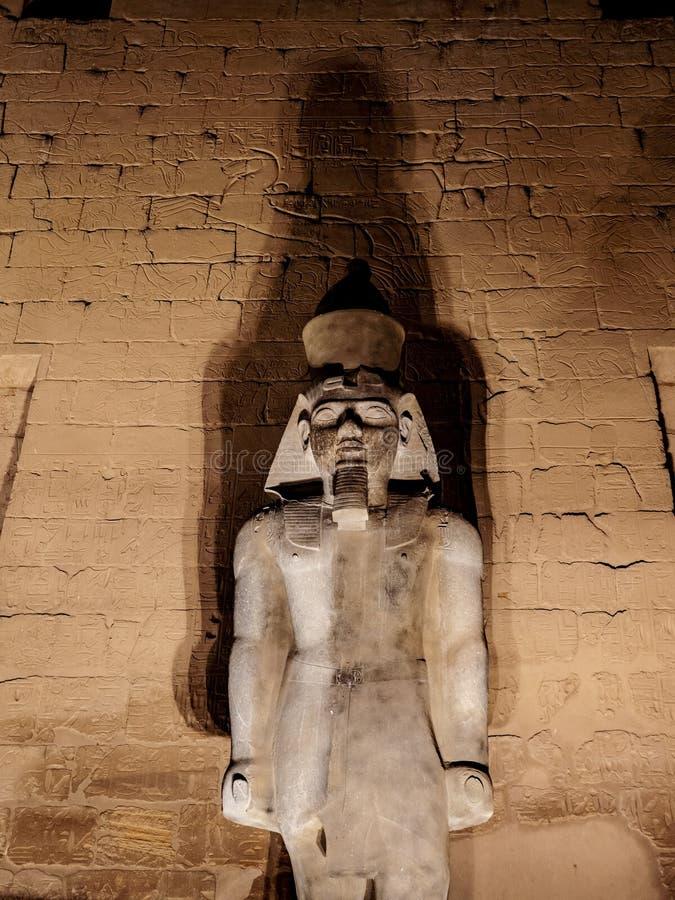 Ramses II lub Ramses Wielka granitowa statua przy Luxor Świątynny Thebes w Egipt iluminował przy nocą obraz stock