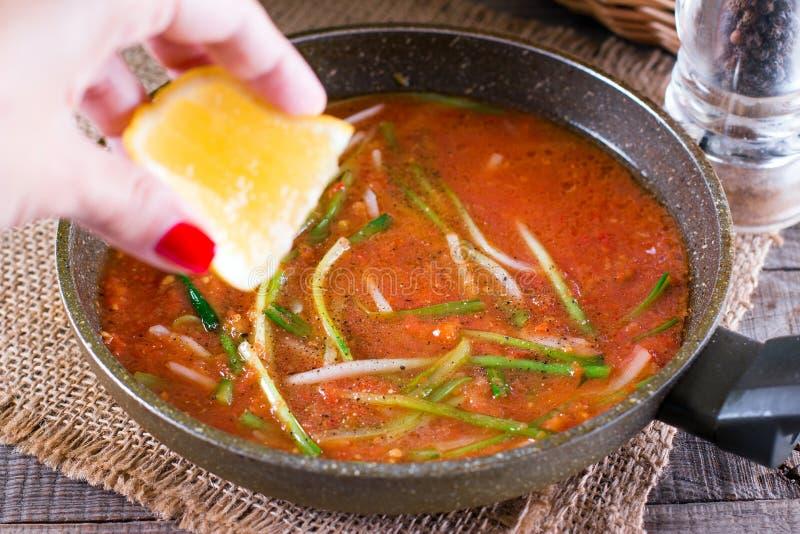 Ramson ou feuilles d'ail sauvage en sauce tomate photo stock