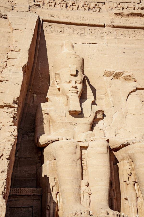 Ramsses II oder Ramsses die große Statue geschnitzt im Felsenberg bei Abu Simbel Temple Egypt stockfotografie