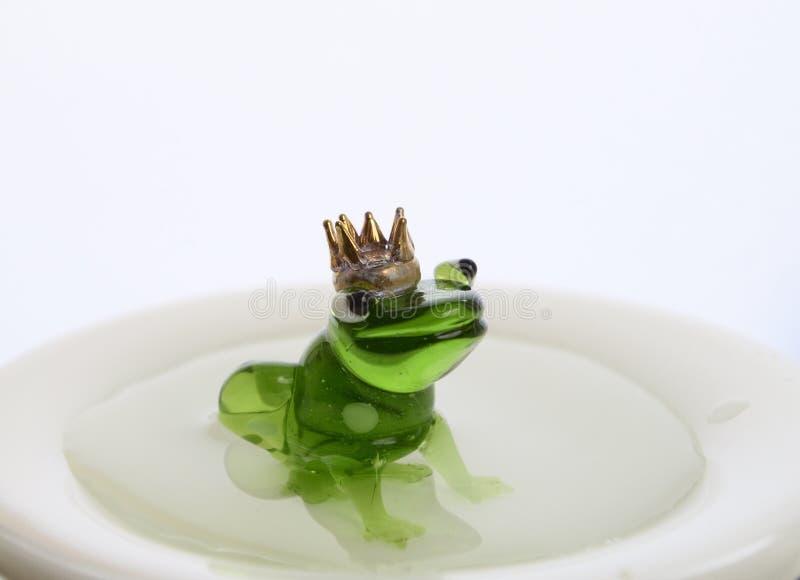Rana de cristal verde con el baño de la corona foto de archivo