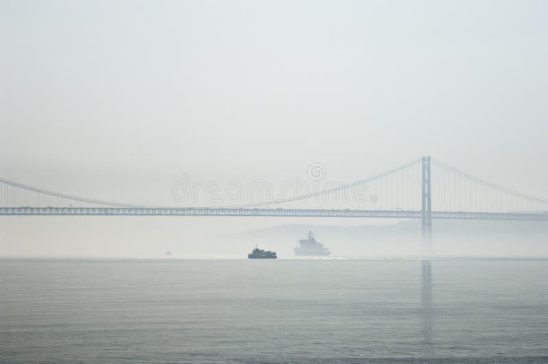 rana mgłowej skrzyżowanie ferrys rzeki Tagus zdjęcia stock