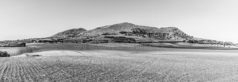 Rana Mountain perto de Louny em montanhas boêmias centrais no dia de verão ensolarado, República Checa Vista panorâmico foto de stock
