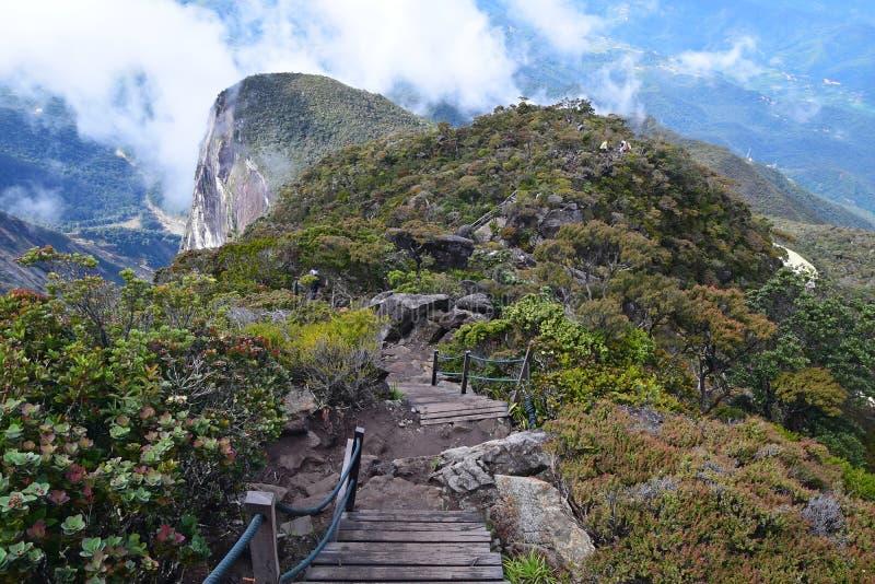 Ranau-Spur von Kota Kinabalu-Wanderung zwischen Laban Rata Resthouse und Hütte Sayat Sayat lizenzfreies stockfoto