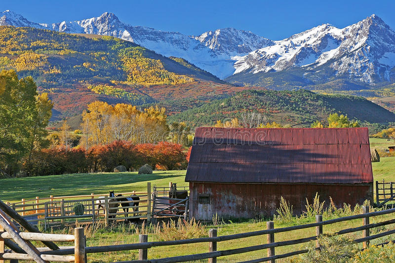 Ranch al piede del San Juan Mountains in Colorado immagine stock