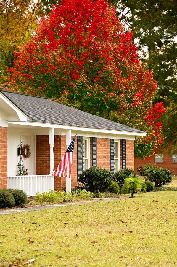 Ranch-Haus mit Markierungsfahne lizenzfreie stockbilder