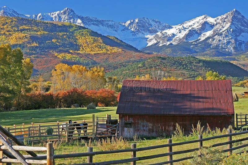 Ranch på foten av Sanen Juan Mountains i Colorado fotografering för bildbyråer