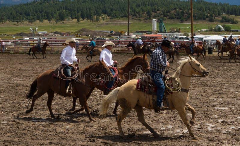 Rancheiros que recolhem para um rodeio em Colorado imagens de stock royalty free