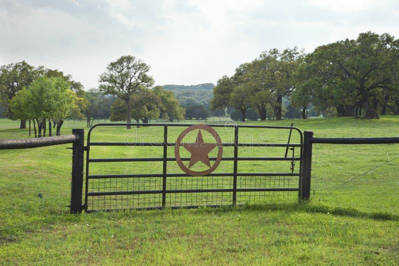 Rancho brama z paśnikiem i drzewa w Teksas wzgórza kraju obraz stock
