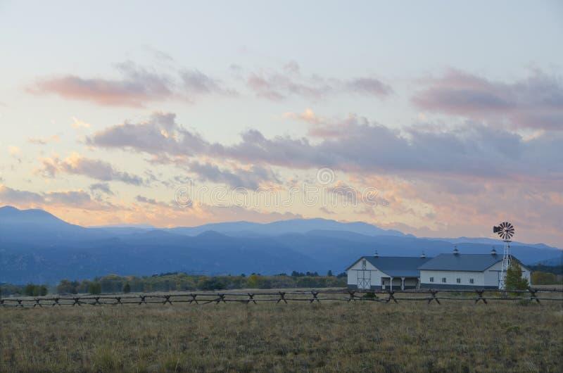 Rancho da montanha no nascer do sol foto de stock