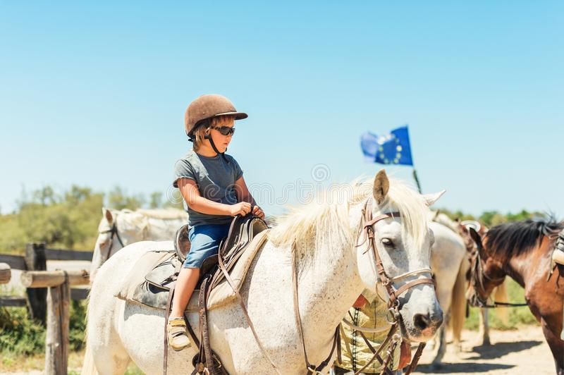 Rancho de visita do cavalo da criança imagem de stock