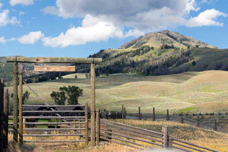 Rancho do país e cercas altos Rocky Mountains ocidental imagens de stock