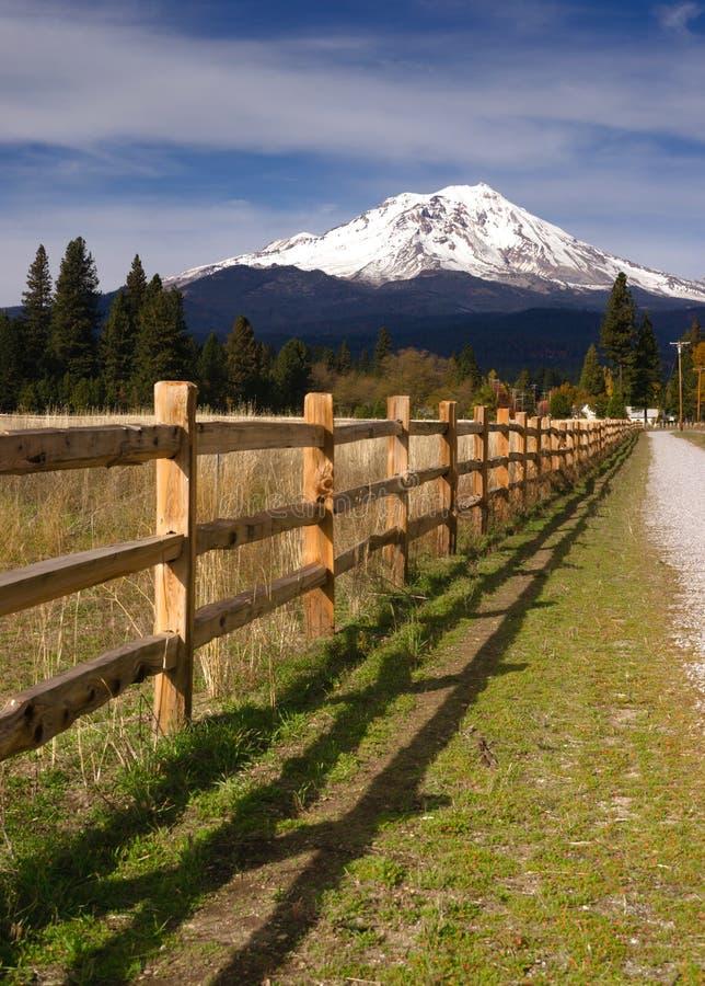 Rancho ogrodzenia rzędu wieś Wiejski Kalifornia Mt Shasta fotografia stock