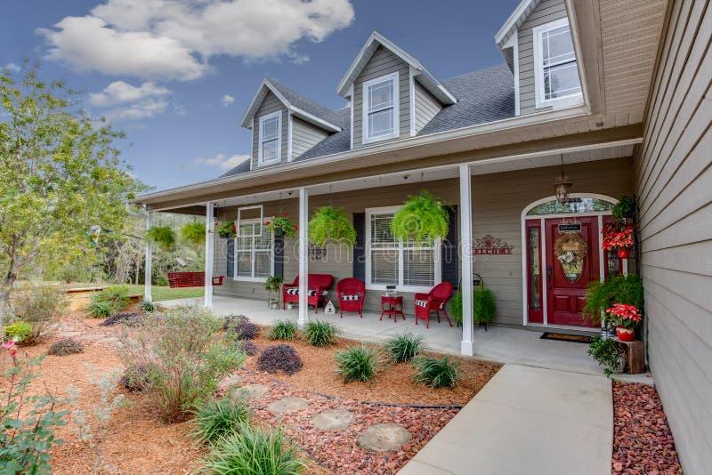Rancho stylu dom Zewnętrzny Nowożytny Architektoniczny Real Estate Przegląda amerykanina stylu sen dom obrazy royalty free