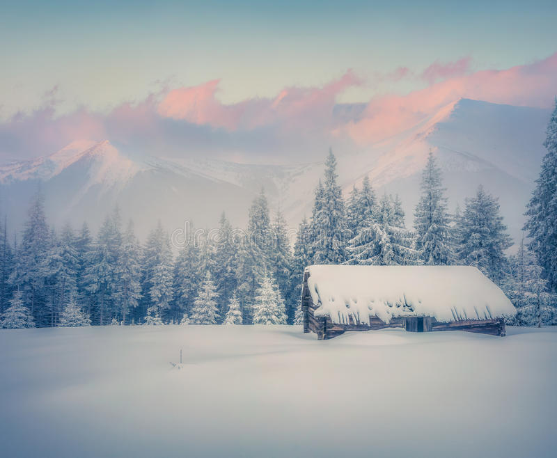 Rancho velho após a queda de neve enorme foto de stock