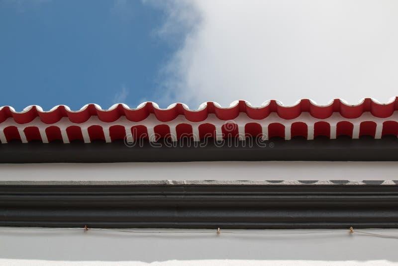 Rand eines Dachs mit roten Fliesen lizenzfreies stockfoto