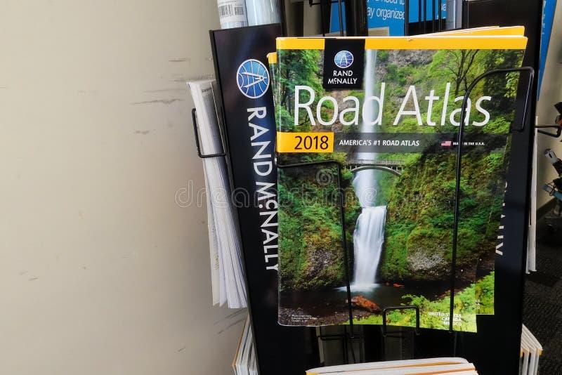 Rand McNally Road Atlas på Staples royaltyfri bild