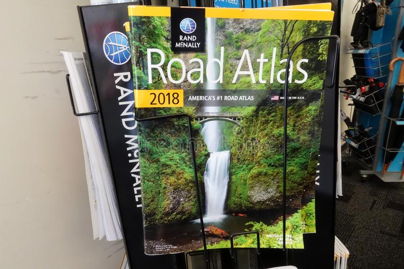 Rand McNally Road Atlas in Staples stock afbeeldingen