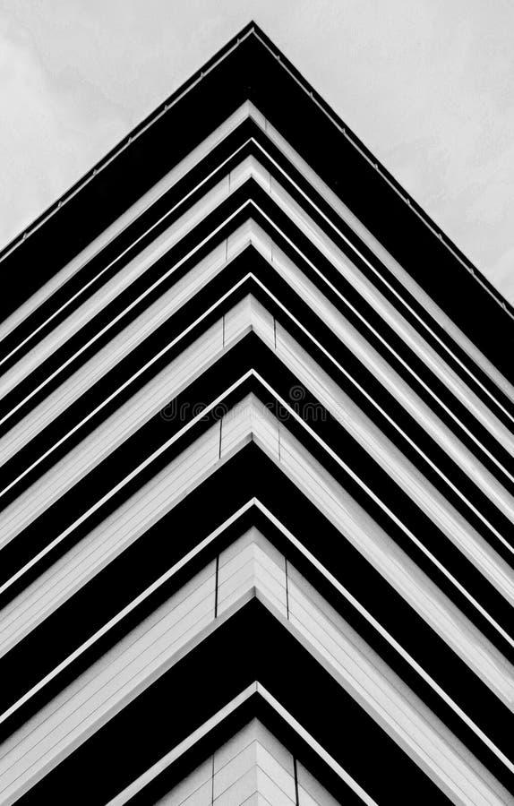 Randiga trianglar på byggnaden royaltyfri foto