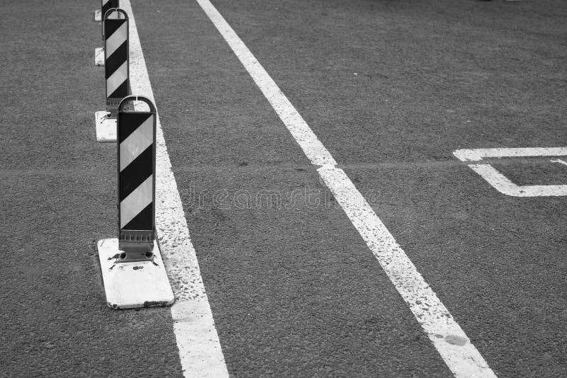 Randiga vägvarningsstolpar och vägteckning royaltyfria bilder