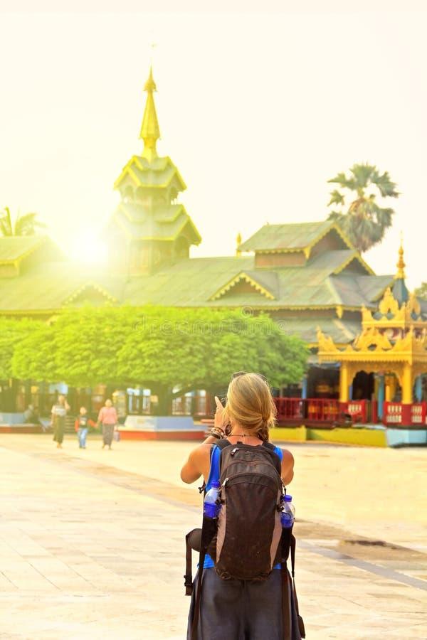 Randonneur étranger voyageant en Asie images stock
