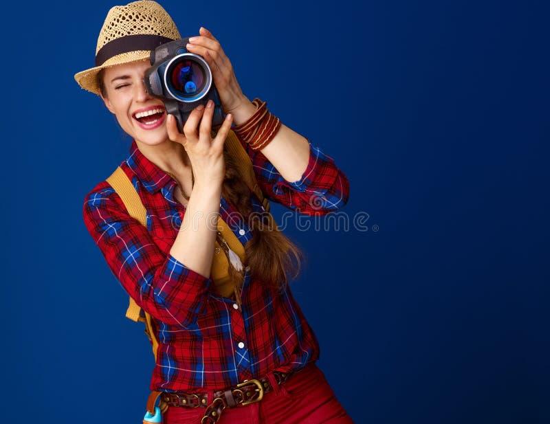 Randonneur actif heureux de femme avec l'appareil-photo moderne de DSLR prenant la photo image stock