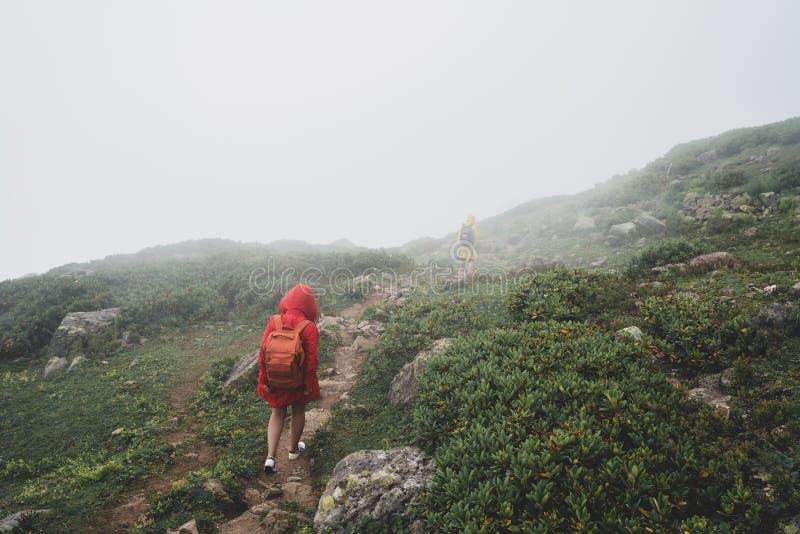 Randonneur augmentant le concept de voyage de voyage avec des amis photographie stock libre de droits