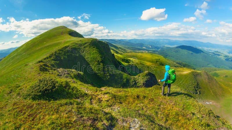 Randonneur avec le sac à dos se tenant sur la montagne dans Carpathiens l'ukraine Arête de Svydovets photo libre de droits