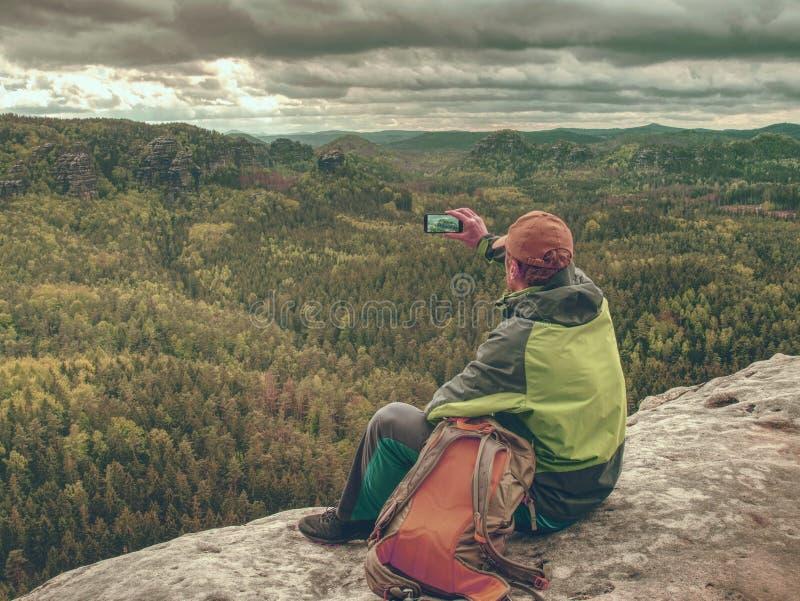 Randonneur avec le téléphone à disposition Spring Valley en montagnes rocheuses photo libre de droits